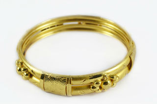 gold bangle with pattern