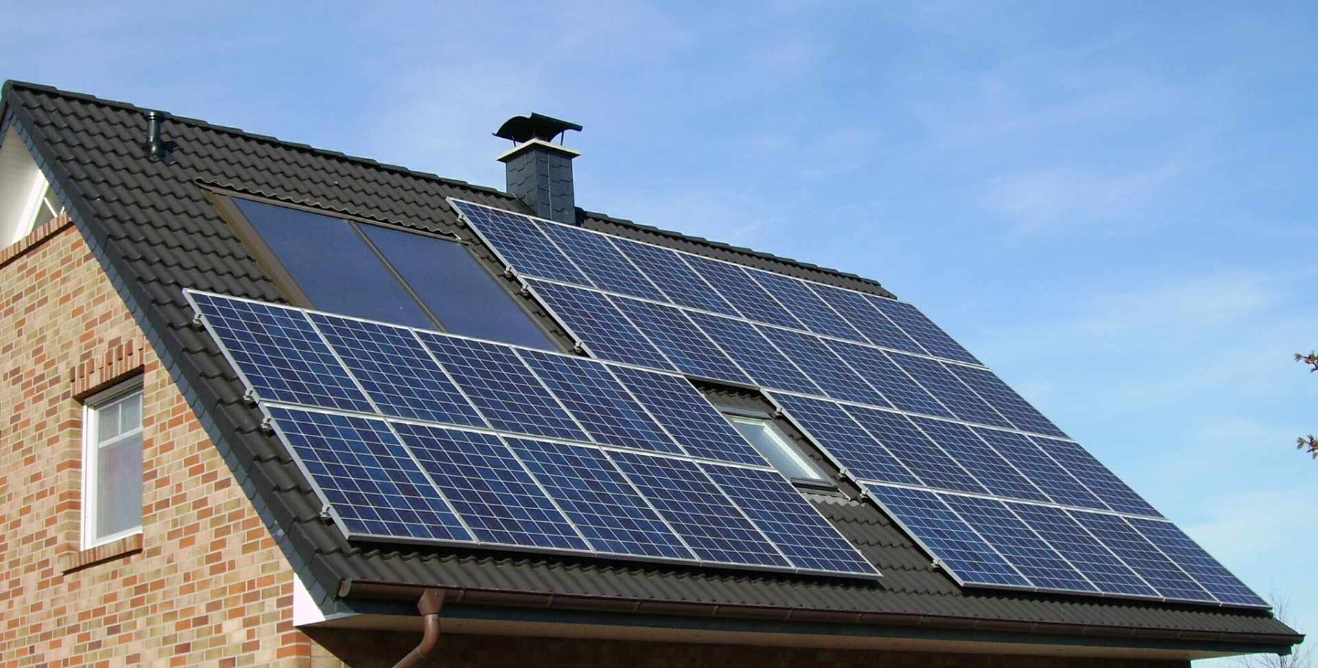 solar panels on house; solar tax credit; Photo by skeeze