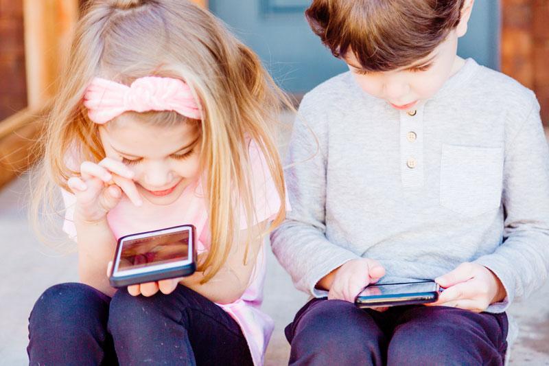 Children use the best educational apps for preschoolers on smartphones.