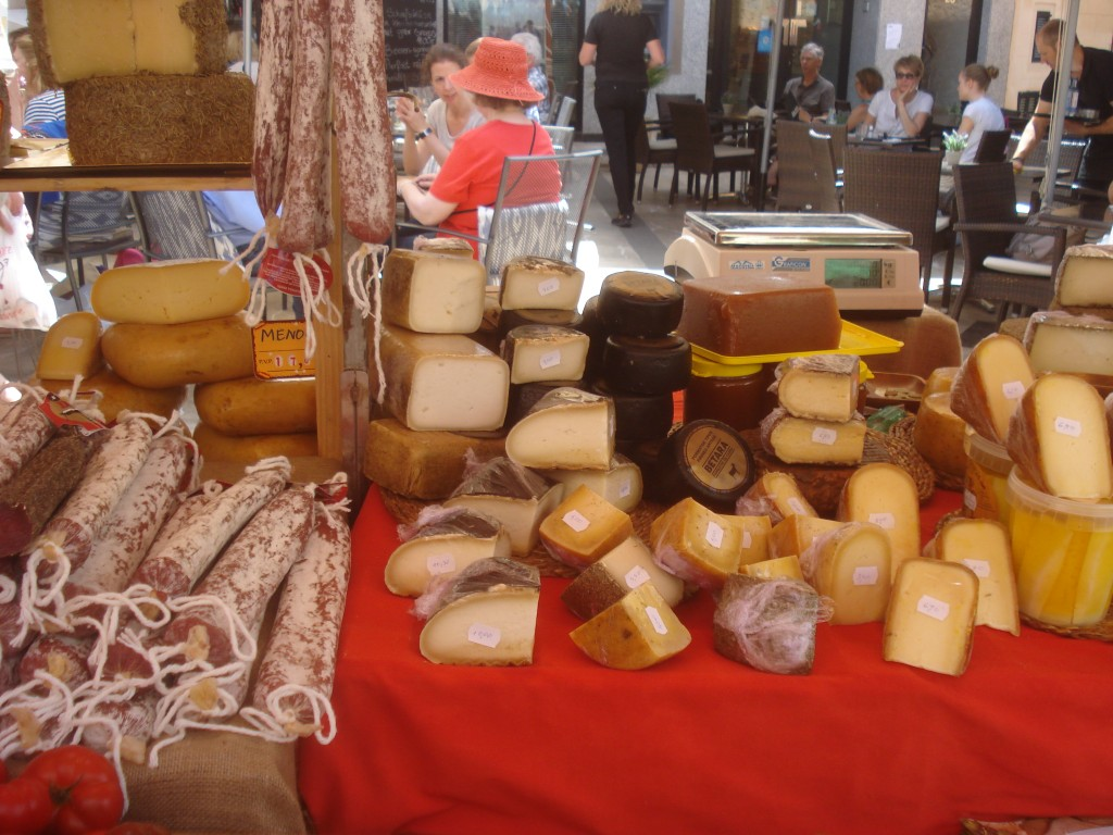 Mallorquinische Wurst- und Käsespezialitäten auf dem Markt