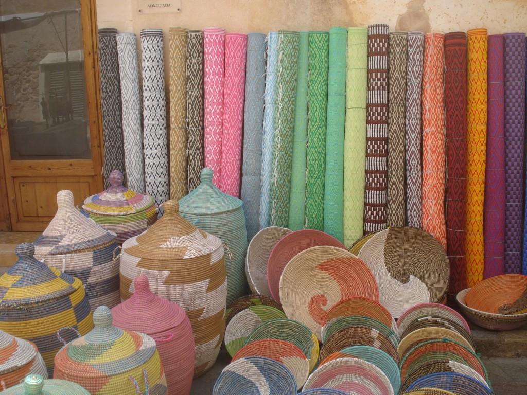 Bunte Hippie-Körbe und Teppiche in Santanyi auf Mallorca kaufen