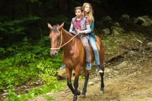 04_NELLYS ABENTEUER_Nelly und Tibi auf dem Pferd @INDI FILM