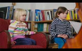 Kinder bekommen Neue Musik vorgespielt..scheint zu gefallen..