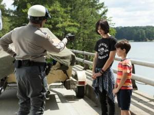 Auf dem Roadtrip zu ihrer Großmutter handeln sich Rodrick (Charlie Wright) und Greg (Jason Ian Drucker) Ärger mit der Polizei ein (Foto: Twentieth Century Fox)