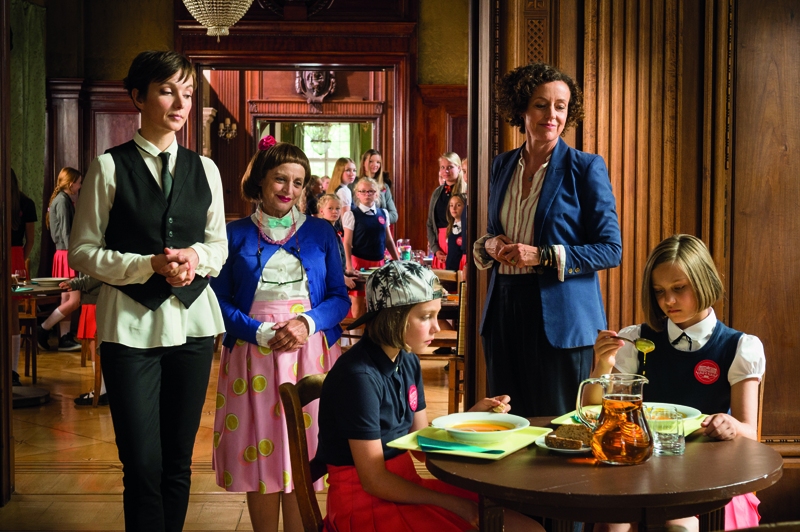 Katharina Thalbach (2. von links) spielt die verwirrte Französischlehrerin ganz wundervoll