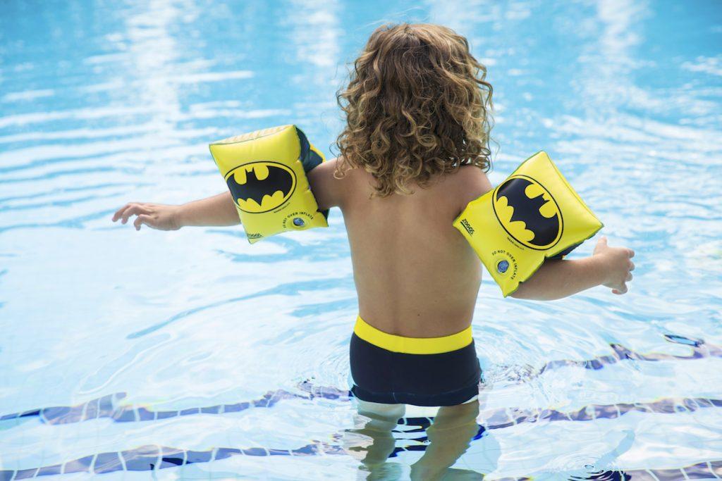 Kind mit Schwimmflügeln