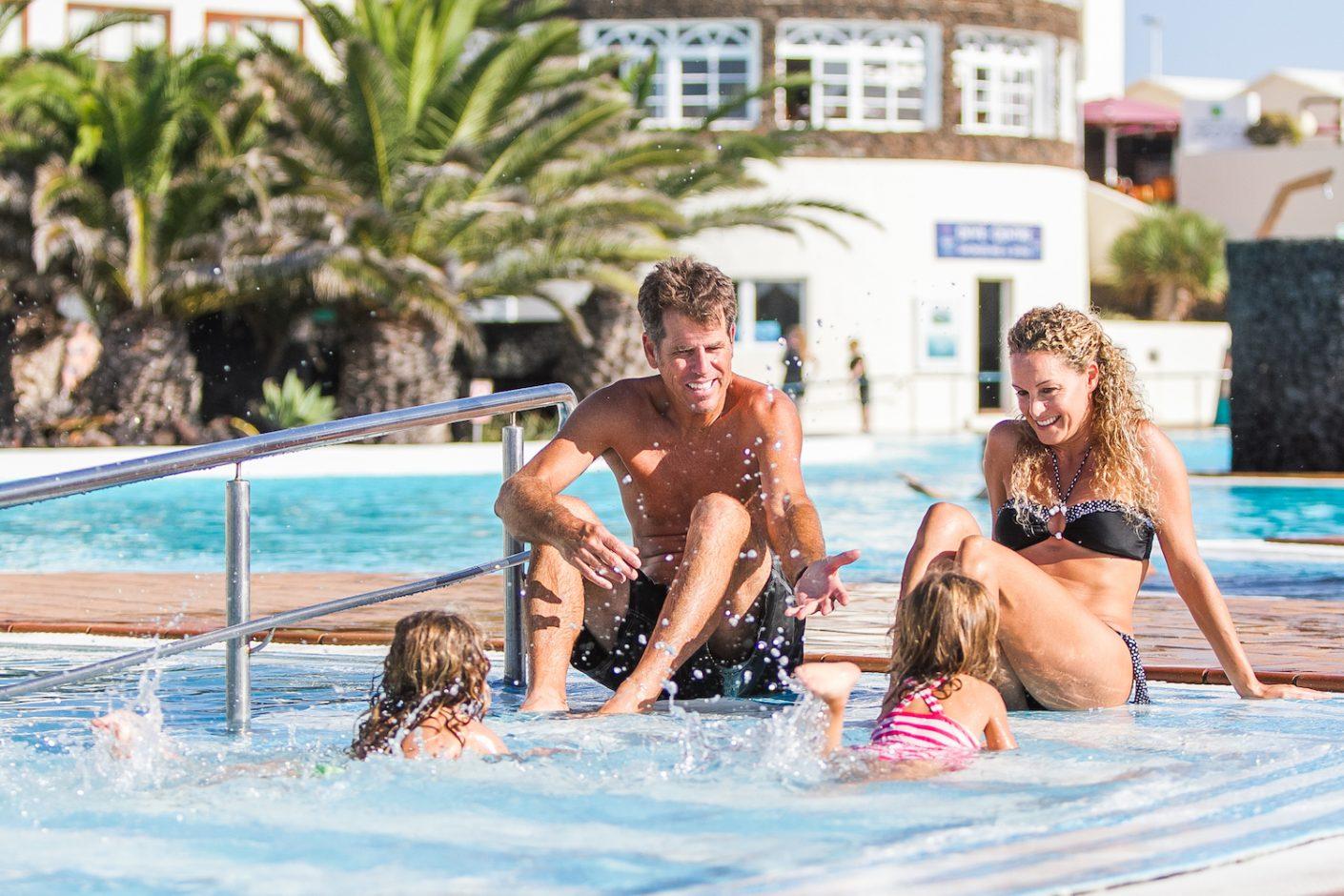 CLS_Familie am Pool