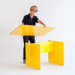 Junge mit Tisch klik & stek