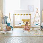 Vertbaudet Kinderzimmer Mädchen spielt im Kinderzimmer Hausbett Einrichtung Interior Dekoration Spielsachen