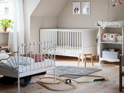Geteiltes Kinderzimmer Geschwister Mädchen Ikea Mädchenbett Babybett weißes Kinderzimmer spielen Wohnen Kidsstuff Wickelkommode Mädchenzimmer Geschwisterzimmer