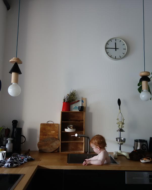 Babyccino Berlin Sonja Hagedorn Homestory living Leben mit Kindern Baby Kleinkind sitzt im Spülbecken