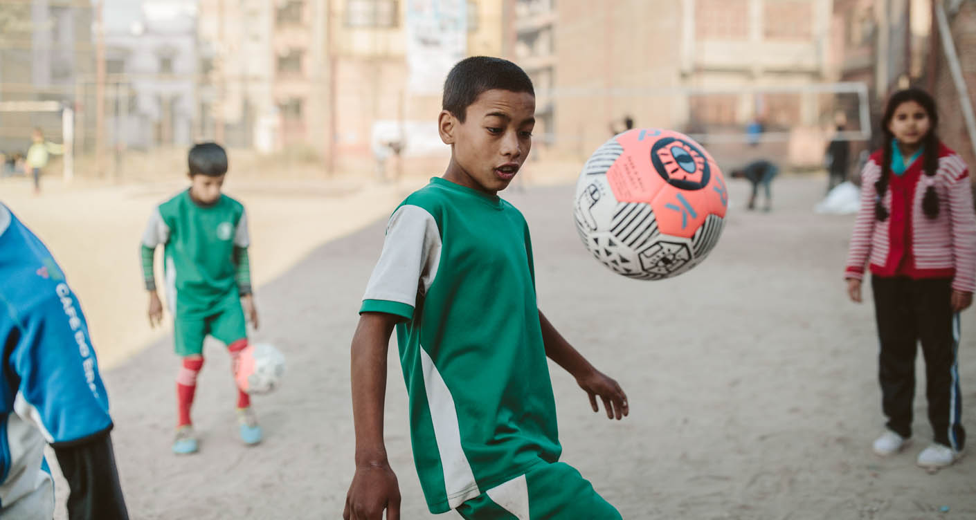 Ein Ball für eine glücklichere Kindheit: Pass a Ball