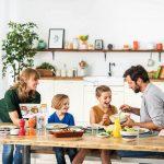 Familie am Esstisch