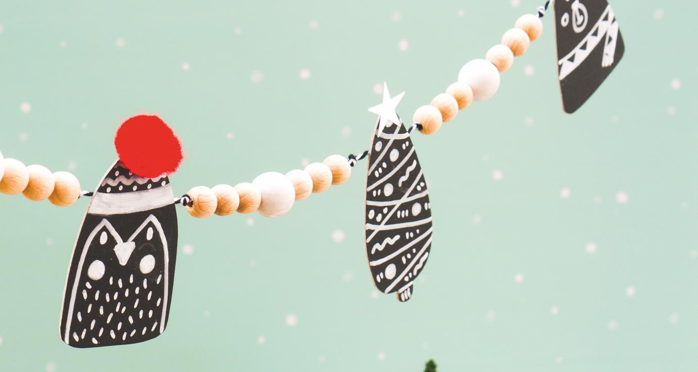 DIY mit Kindern: Weihnachtliche Holzperlengirlande mit Tafelfolie