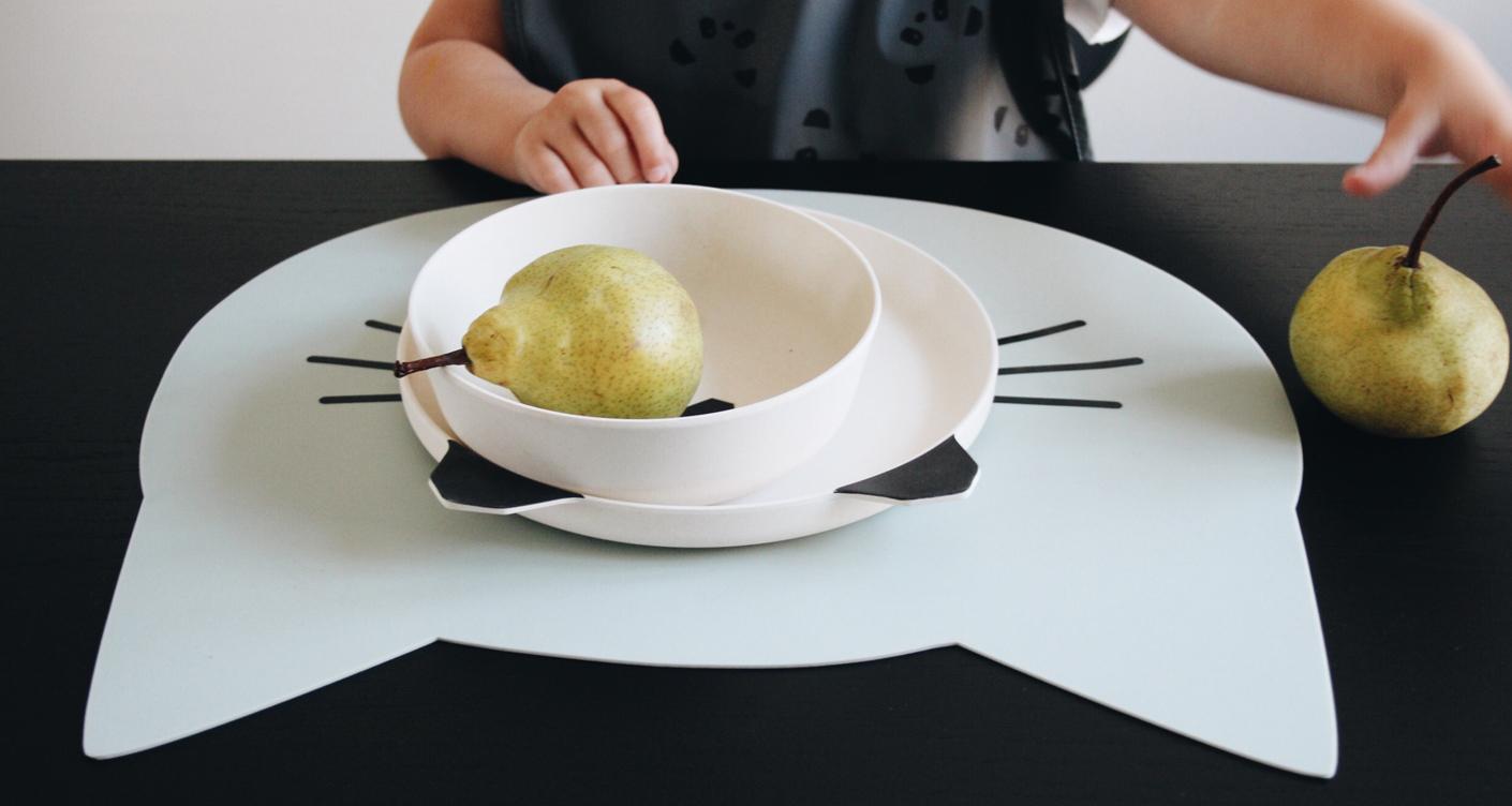 Schönes Kindergeschirr, Lätzchen und Platzsets: Zu Tisch bitte!