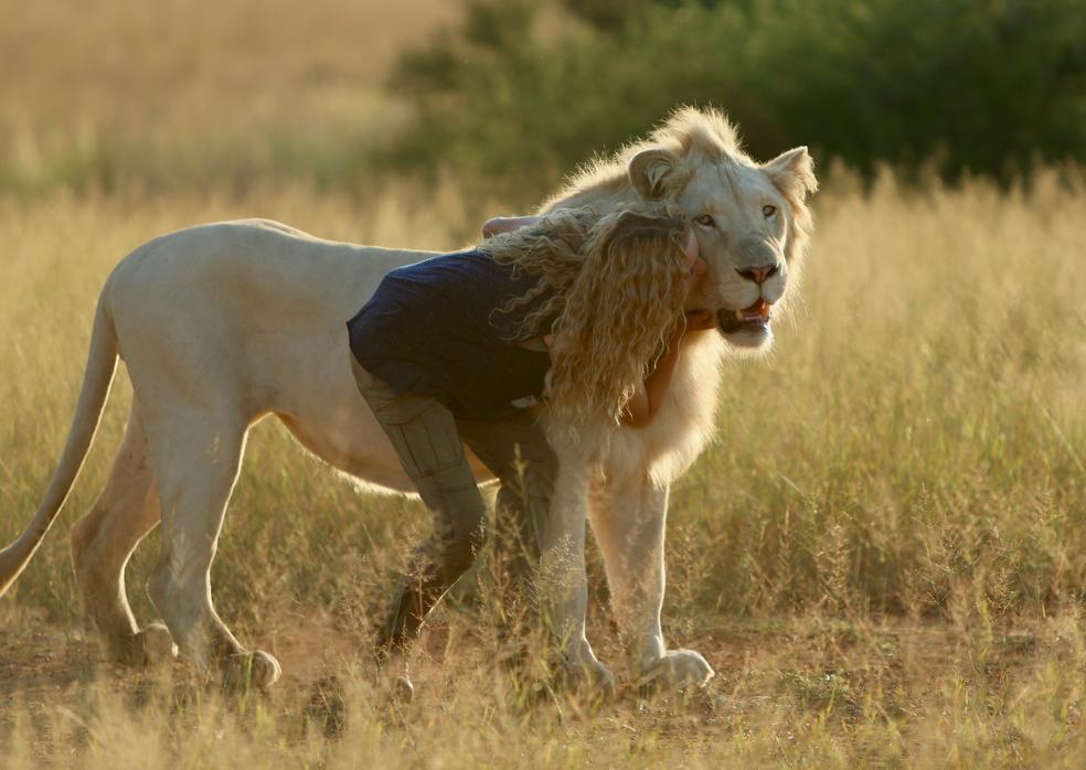 Mia und Löwe Charlie