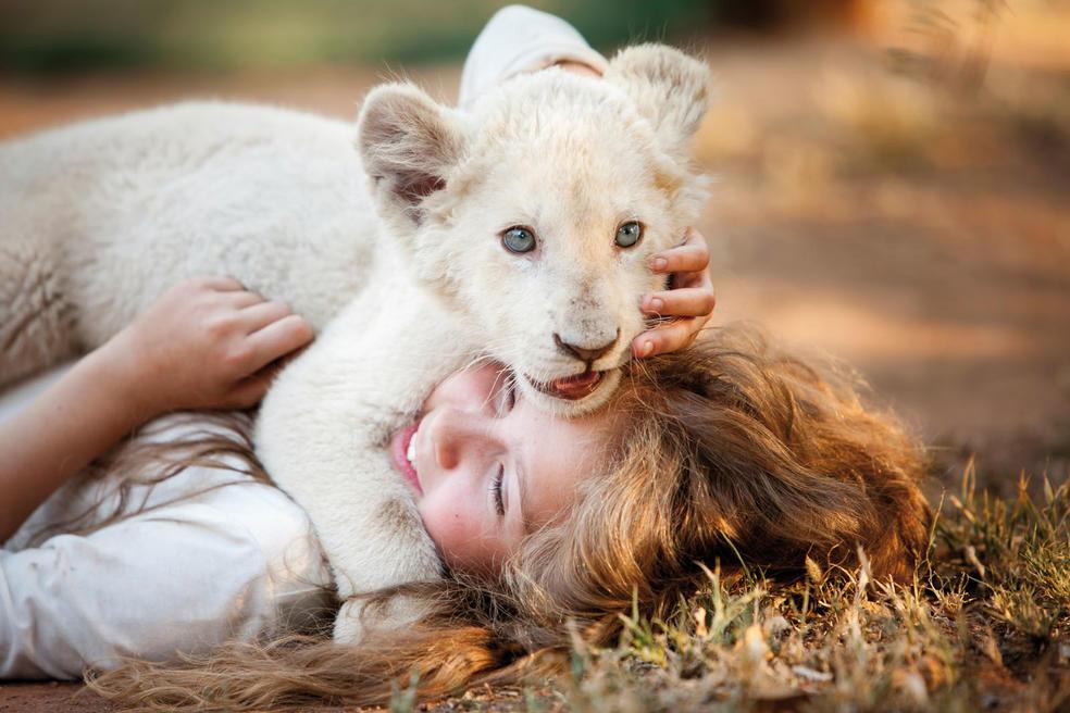 Mia und Löwenbaby Charlie