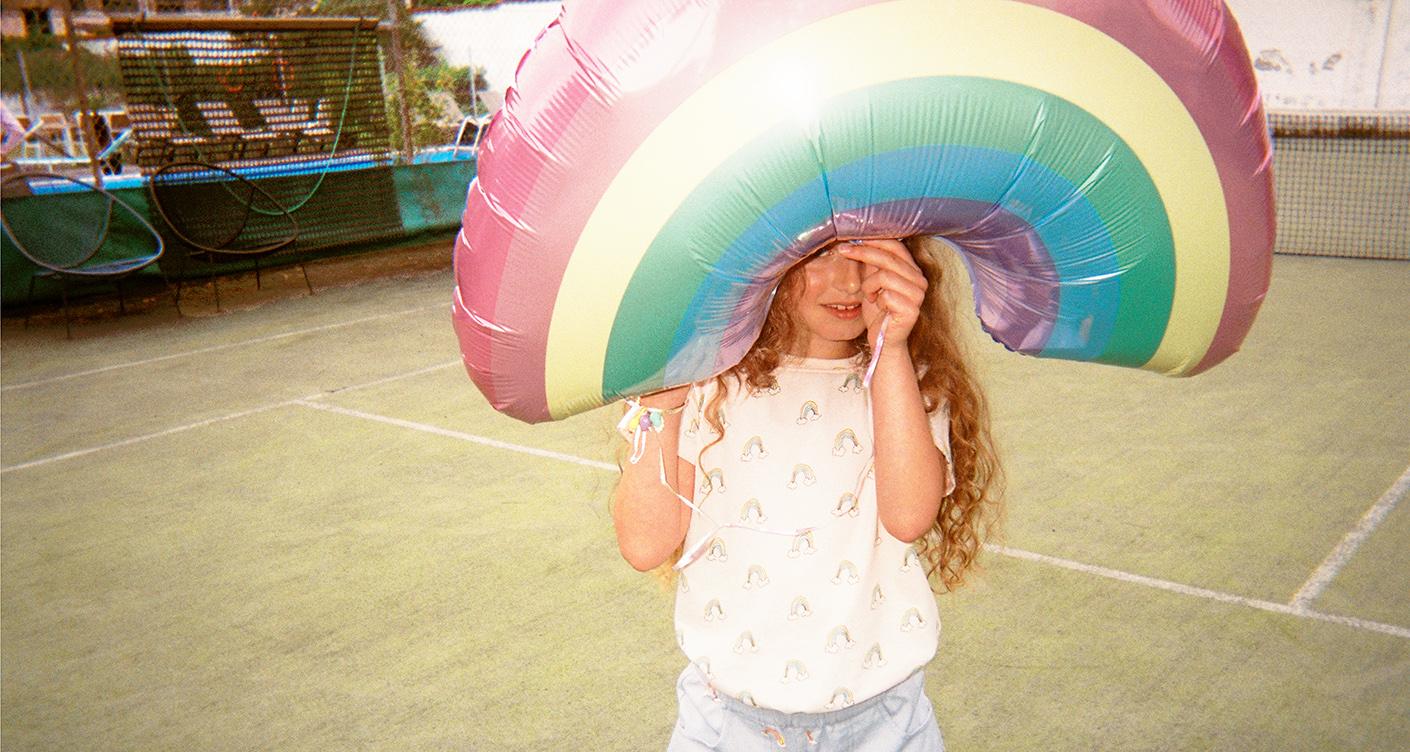 Fröhliche Kindermode mit Regenbogenmotiven