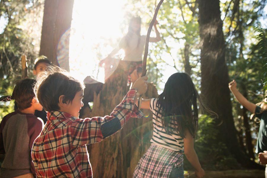 Kinder spielen im Wand