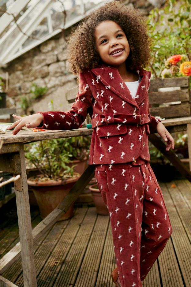 Mädchen mit Anzug in der Chloé ss19 Kampagne