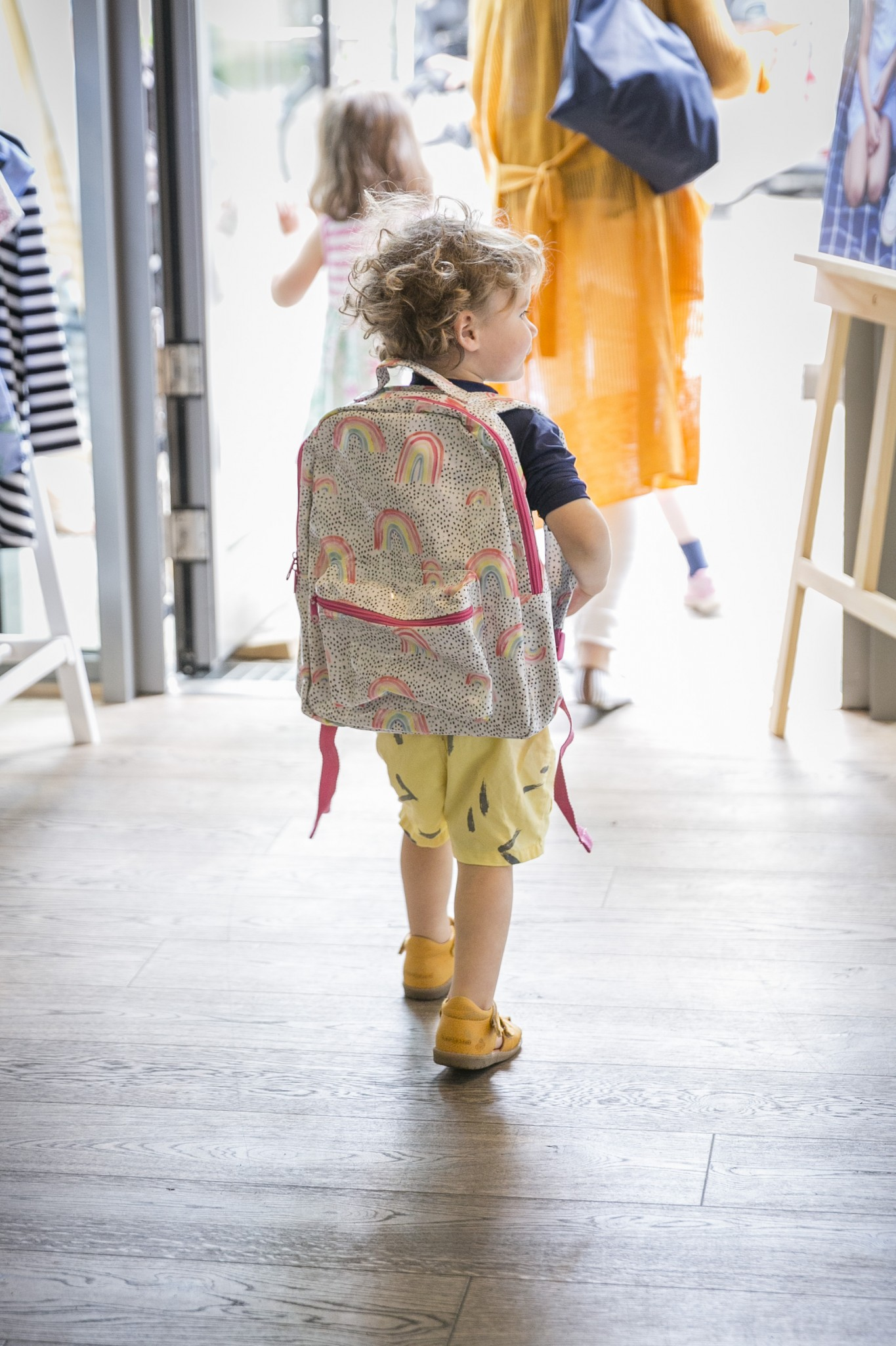 Next Event im Wunderhaus. Kind mit buntem Rucksack.
