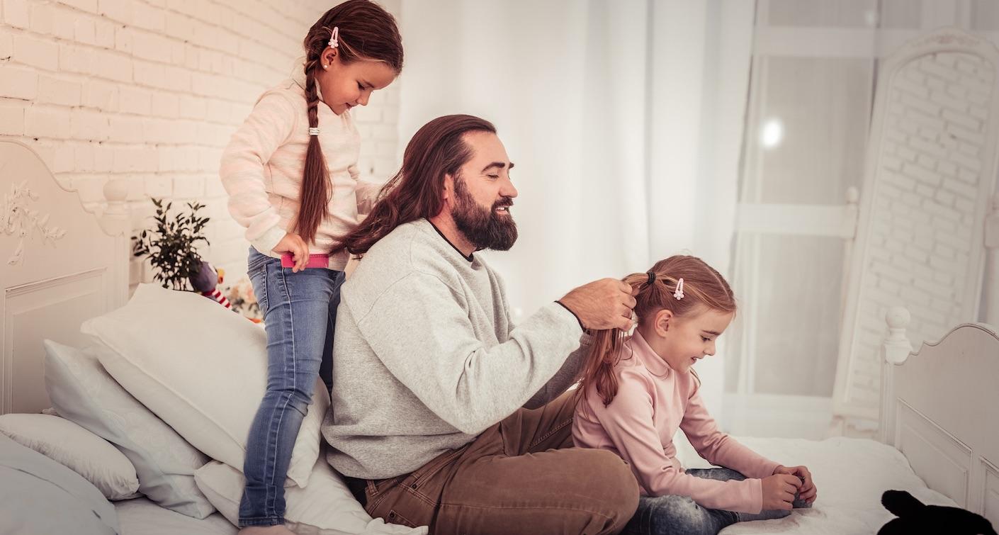 Anleitung zum Zopf flechten – Haare machen als Papa-Kind-Zeit