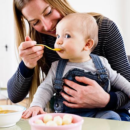 Babys erste Mahlzeit: Endlich darf so richtig geschlemmt werden!