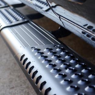 LUVERNE O-Mega II™ truck side steps in black aluminum