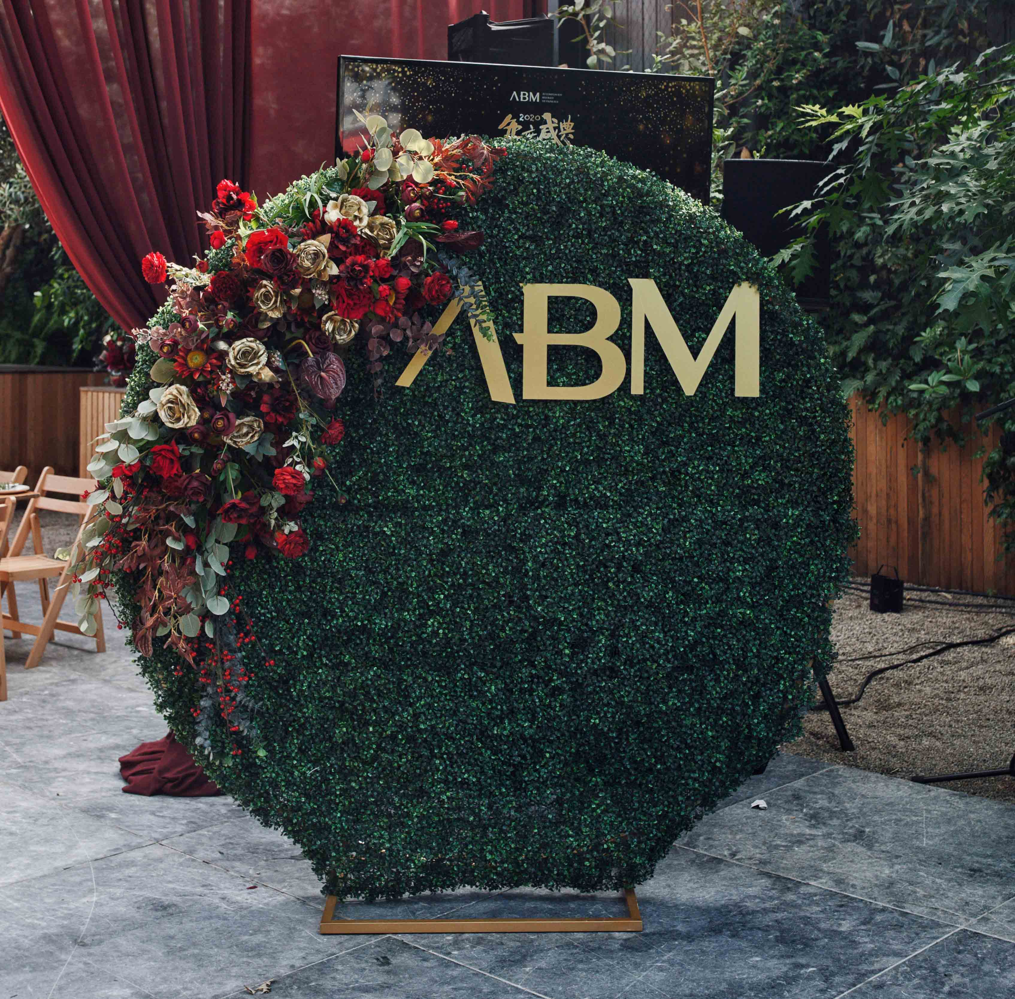 Hedge Backdrop by Luxe Dream Event Hire / Flowers by Luxe Dream Floral Studio for ABM