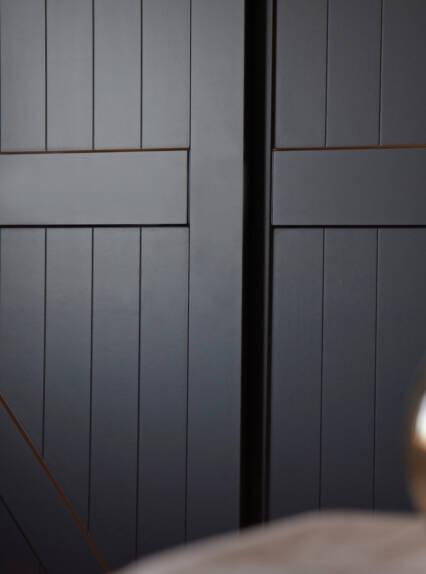 Zwarte kledingkast schuifdeuren