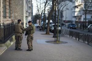 14 января 2015 г. Солдаты дежурят у иудейской школы в Париже