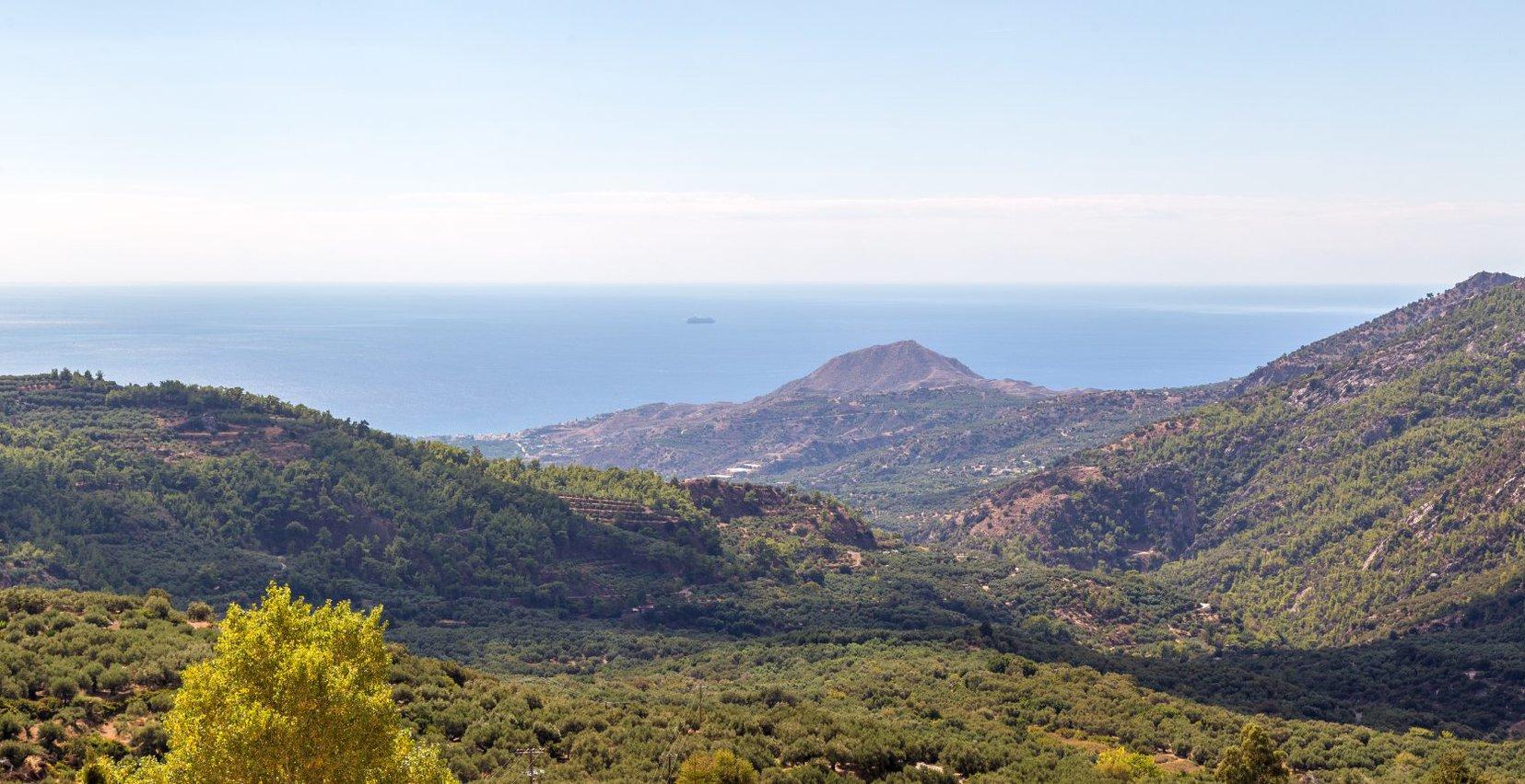 Η θέα από τα πανέμορφα βουνά των Μαλλών και την θάλασσα