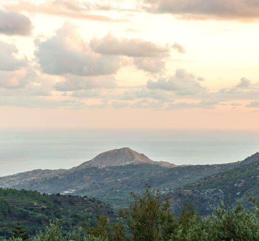 Η θέα στα βουνά και τη θάλασσα από το μπαλκόνι της κατοικίας