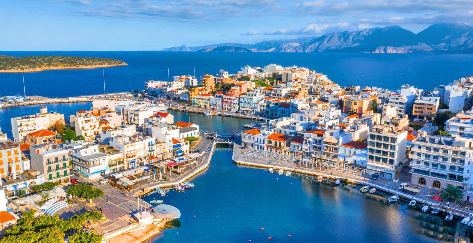 Το νησί της Κρήτης από ένα drone με την όμορφη θάλασσα και τα γραφικά κτίρια