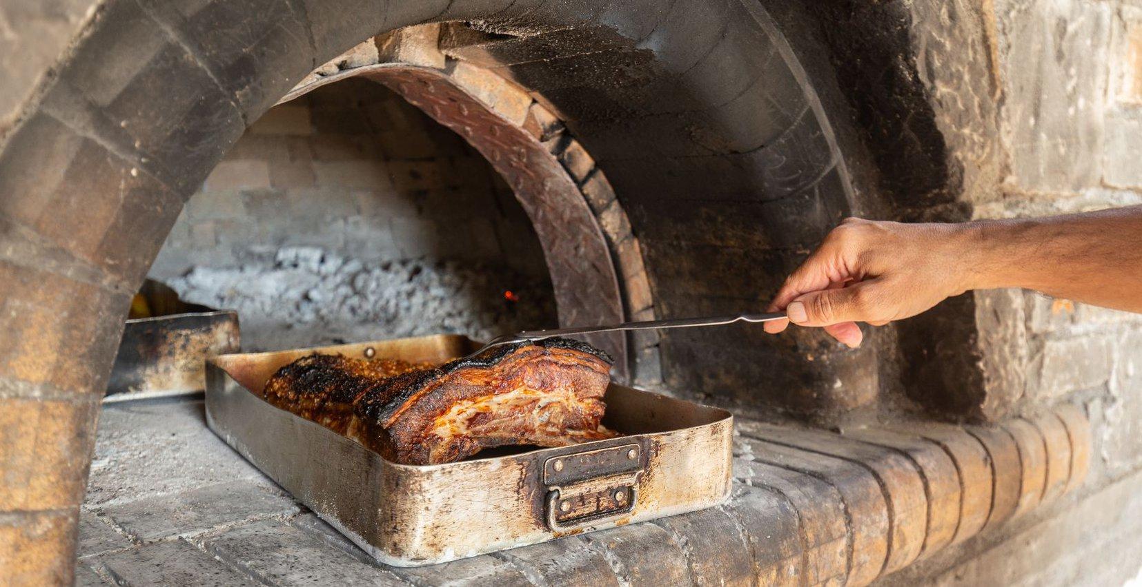Νόστιμο κρέας στους πέτρινους φούρνους του Mala Villa