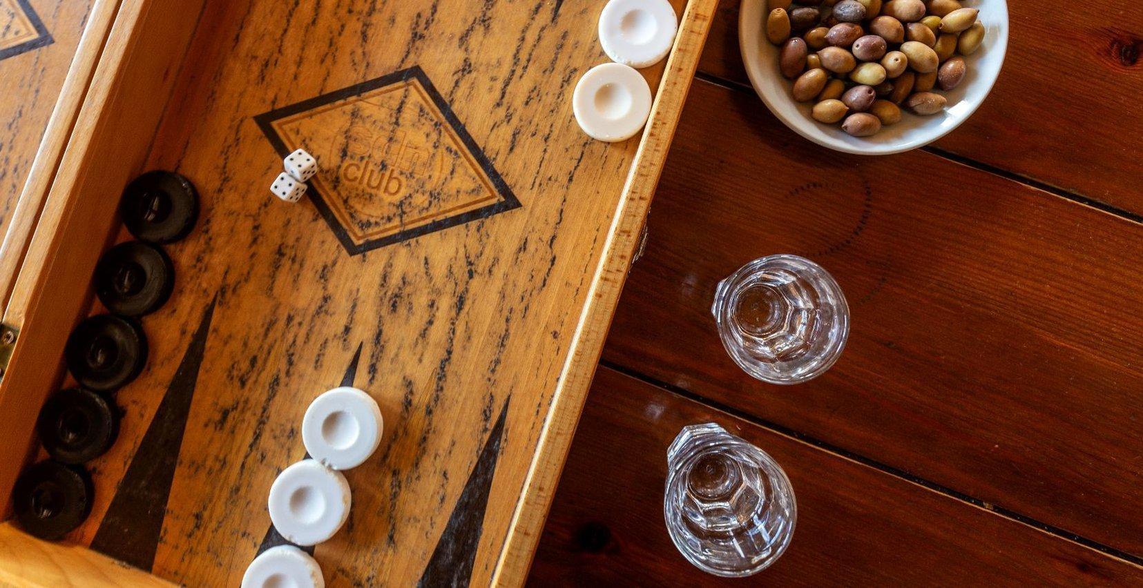 Τάβλι με κρητική ρακή και ελαιόλαδο σε ένα τραπέζι στο Mala Villa