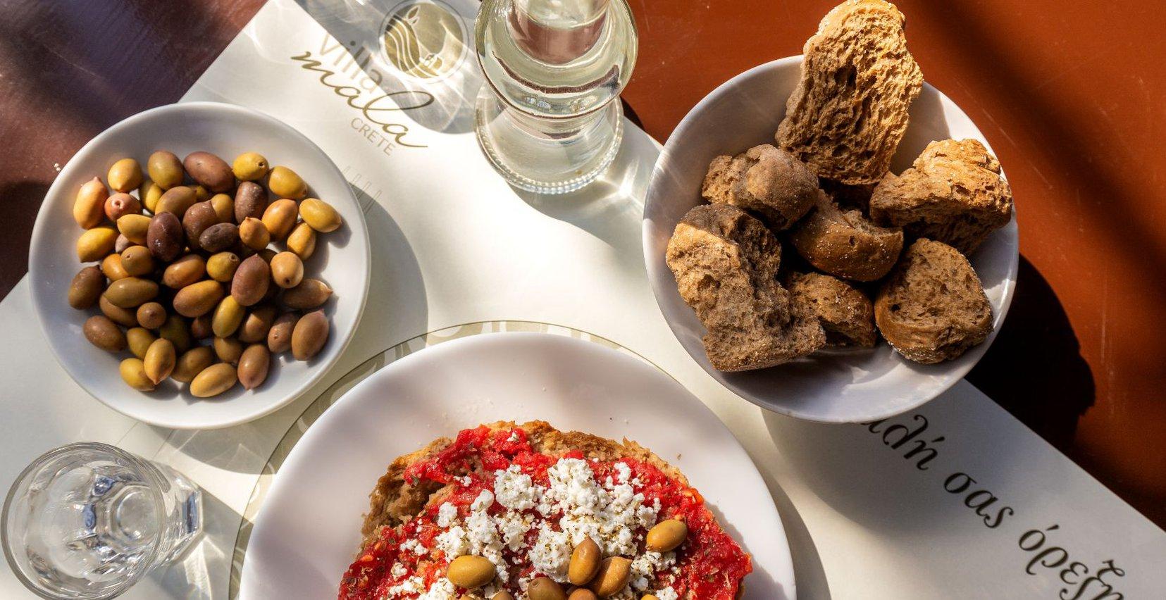 Πεντανόστιμος παραδοσιακός κρητικός ντάκος, ελιές και ψωμί από το Mala Villa
