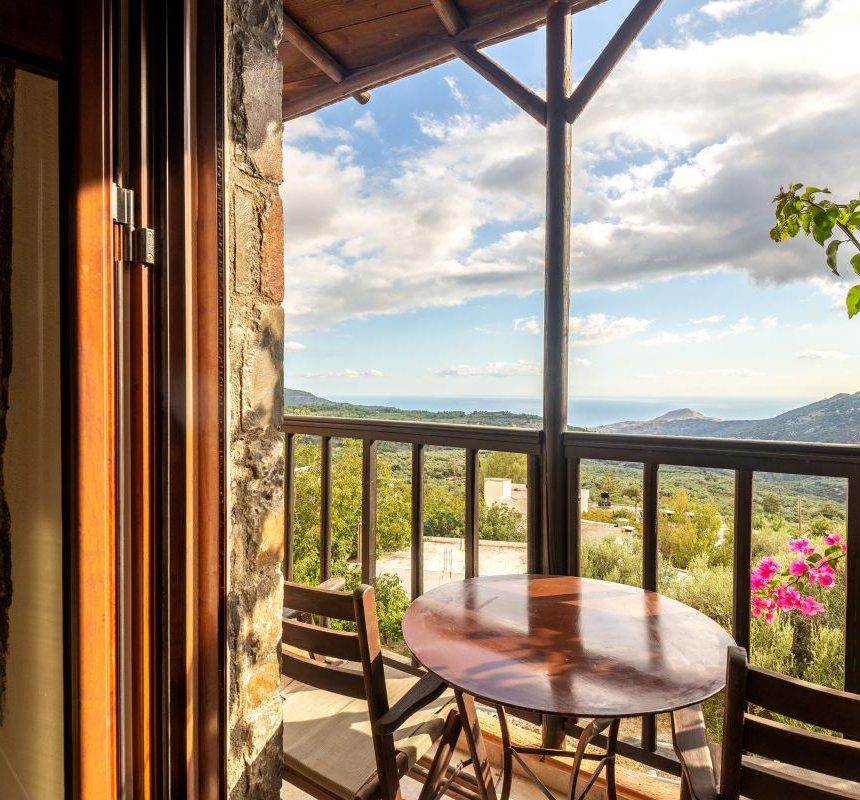 """Η θέα στα βουνά των Μαλλών και την θάλασσα από το μπαλκόνι της κατοικίας """"Θυμάρι"""" του Mala Villa"""