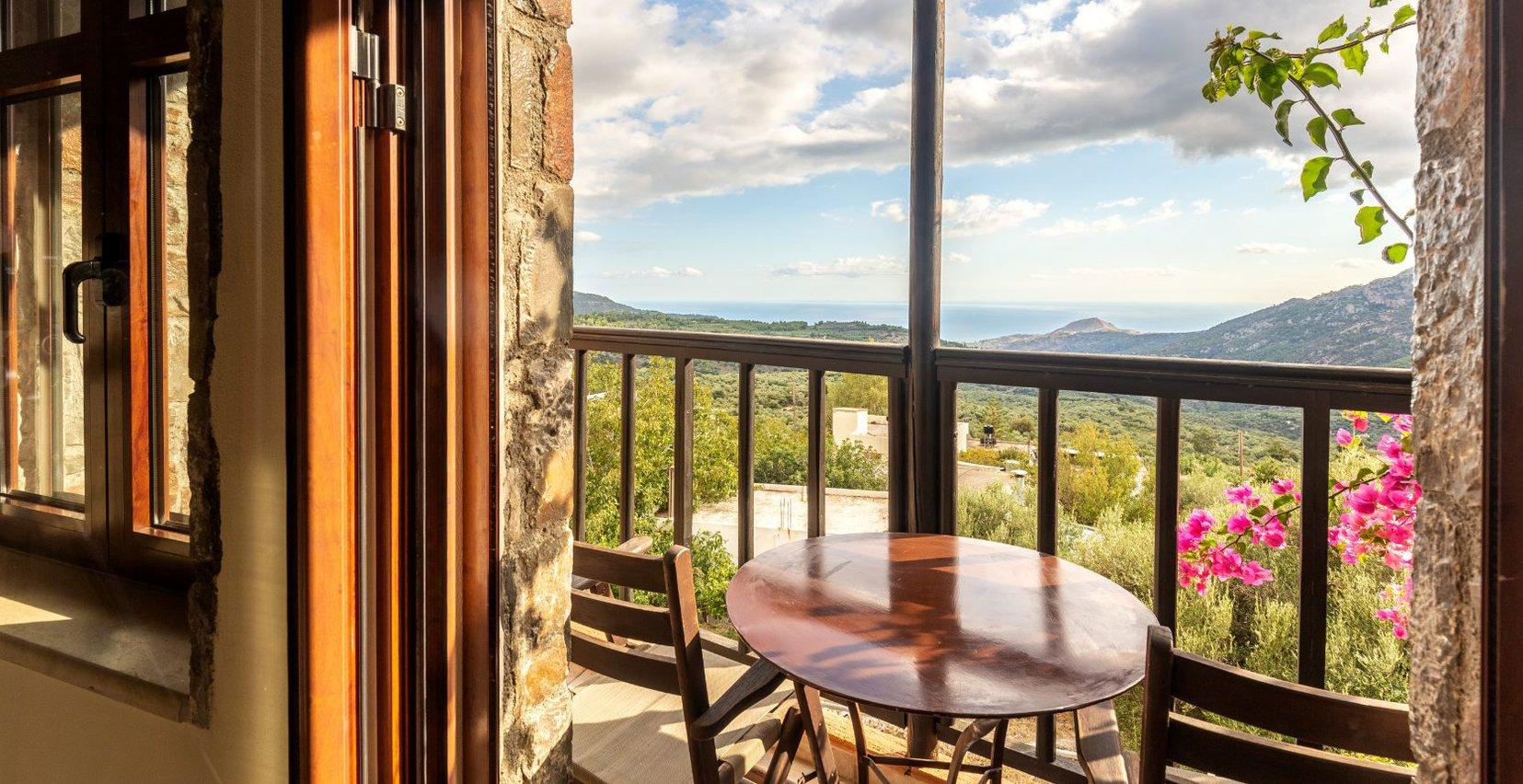 Η θέα στα βουνά των Μαλών και την θάλασσα από το μπαλκόνι της κατοικίας