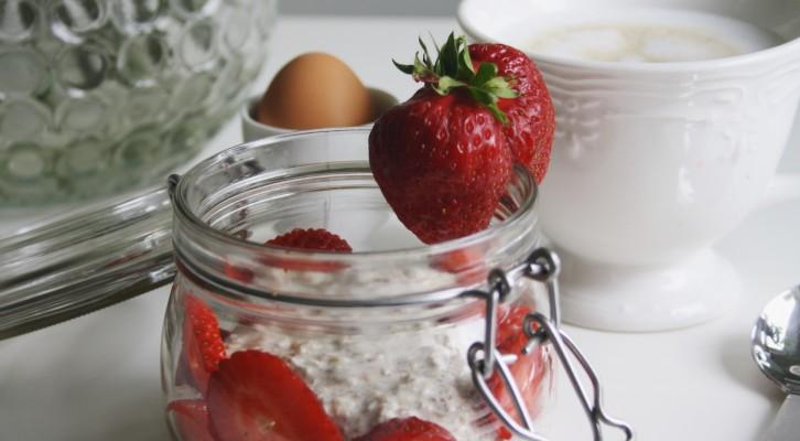 Recept: Overnight oats med fläder, vanilj och jordgubbar