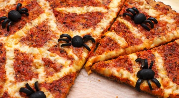 Mjölfria, vegetariska halloweenpizzan med olivspindlar
