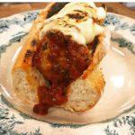 Italienska köttbullar i tomatsås, mozzarella, olivröra, baguette.