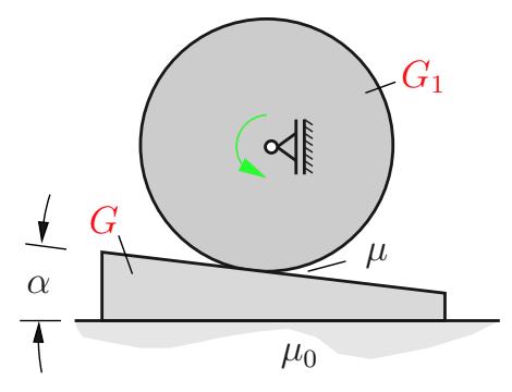 Eine rotierende Walze drückt durch ihr Gewicht auf ein keilförmiges Werkstück, das auf einer rauen Unterlage liegt.