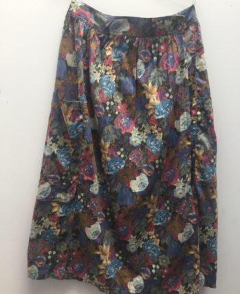 Jupe à fleurs porte feuille, deux poches sur les côtés.