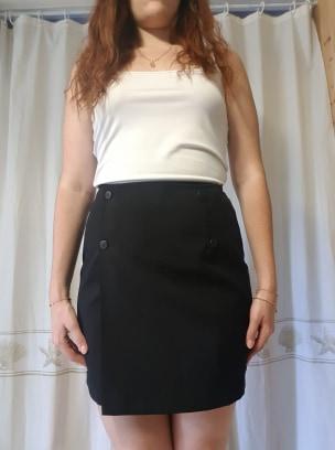 Jupe courte noire à boutons portefeuille