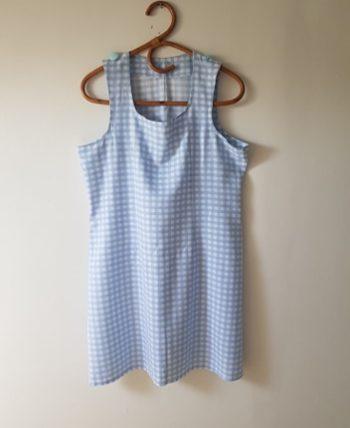 Très jolie petite robe Vichy bleu ciel et blanche. Deux jolis boutons sur les épaules. Parfaite pour la saison.