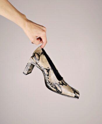 Escarpins en cuir façon reptile. Tout cuir, y compris semelles intérieure et extérieure. Talon rectangulaire. De la marque Elizabeth Stuart, vintage des années 2000.
