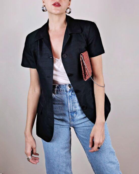 Veste style tailleur, en soie noire. Coupe cintrée. Fabriquée en France. De la marque Irene Van Ryb, vintage des années 80.