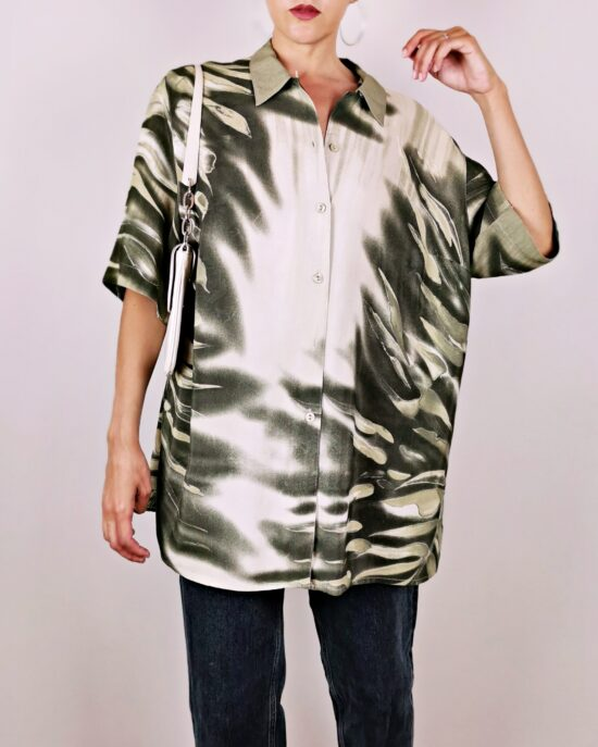 Chemise manches courtes à imprimé style jungle vert. Coupe ample et fluide. Vintage des années 90.