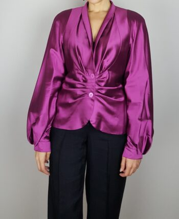 Veste/blouse en pure soie du créateur Renato Nucci. Rose framboise avec de très beaux reflets. Plissée au niveau des manches et du buste. Vintage des années 90/2000.